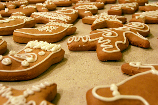Mehrere Kekse auf einem Backblech