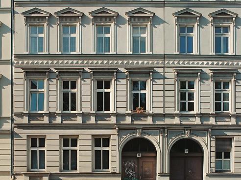 Mehrere Fensterreihen eines Altbaus