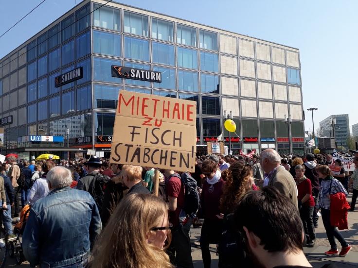 """Ein Plakat mit dem Spruch """"Miethaie zu Fischstäbchen"""""""