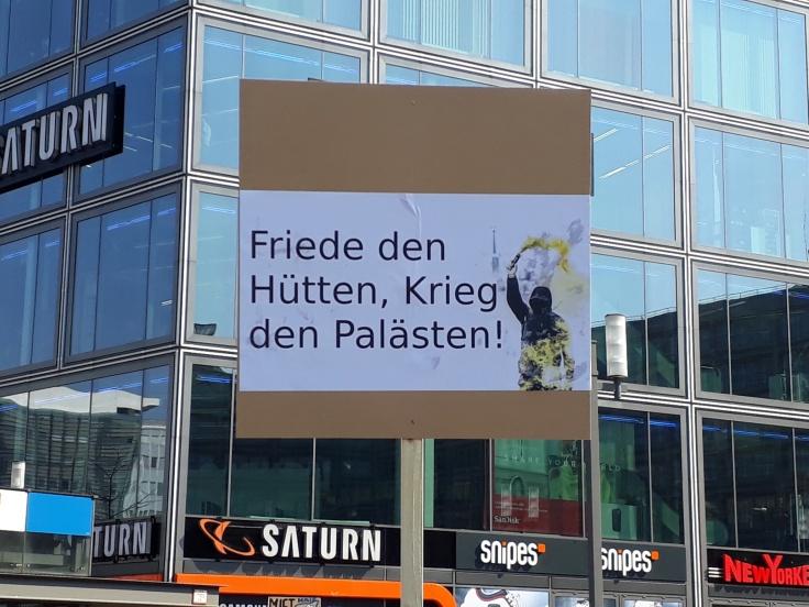 "Ein Plakat ""Friede den Hütten, Krieg den Palästen"""